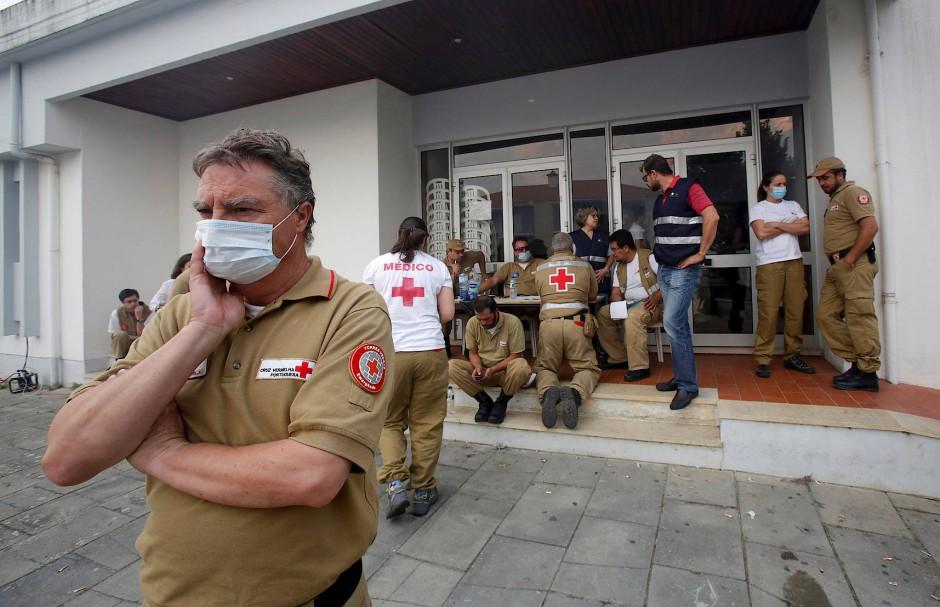 Mitarbeiter des Roten Kreuzes helfen am Montag Betroffenen.