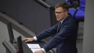 """Carsten Schneider im Oktober 2017 bei einer Rede im Bundestag. Den Vergleich von Linkspartei und AfD hält er für eine """"Sauerei""""."""