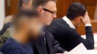 Die Angeklagten (links und rechts) warten am Montag im Kölner Landgericht mit ihren Anwälten auf den Beginn der Neuauflage des Prozesses.