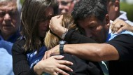 Verzweifelte Angehörige der Besatzungsmitglieder des verschollenen argentinischen U-Boots am Samstag vor dem Gelände der Marinebasis
