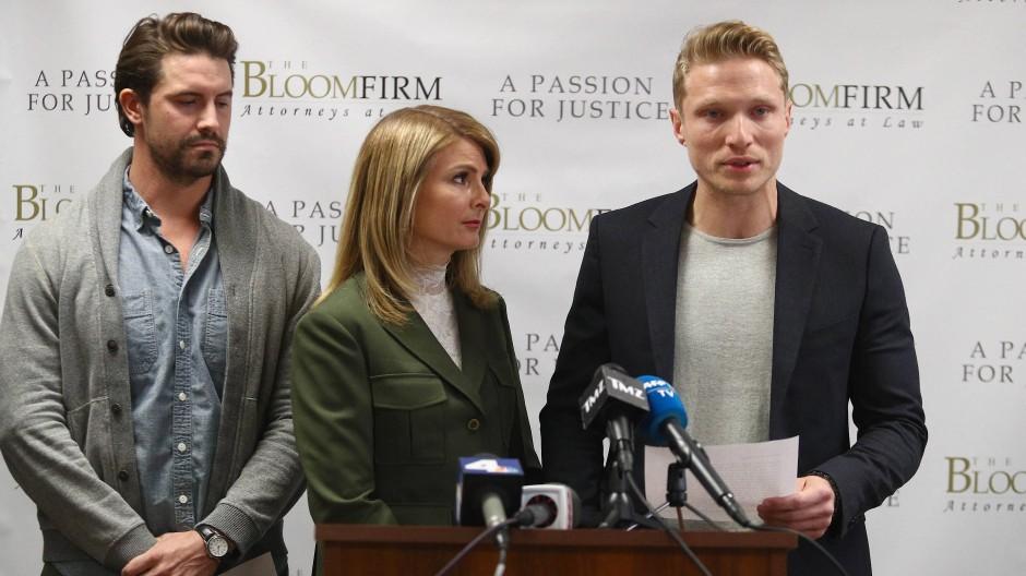 Model Jason Boyce (rechts) auf einer Pressekonferenz im Dezember – er und sein Kollege Mark Ricketson (links) machen dem Fotografen Bruce Weber Belästigungsvorwürfe.