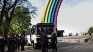 Am Bogen der ukrainisch-russischen Freundschaft: Die Farben wurden unter Polizeischutz aufgetragen.