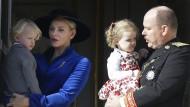 """Einmal zu grimmig geschaut, schon ist die Karriere im Eimer. Eine Leserin von """"Die Aktuelle"""" sieht in Prinz Jacques (links) keinen zukünftigen Monarchen."""