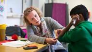 Schmerzen lindern: Karen Kreutz-Dombrofski versorgt einen Schüler mit Pflastern und guten Worten.