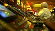 In den Vereinigten Staaten, hier in Las Vegas, haben sich einige Casinos speziell auf Senioren eingestellt - inklusive organisierter Busfahrten von Altenheimen zu den Glücksspielhäusern.
