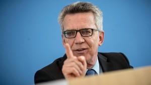 Schulz wirft de Maizière Ablenkungsmanöver vor