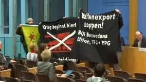 Vermummte Demonstranten stören die Berliner Regierungspressekonferenz
