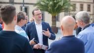 Im Wahlnahkampf: Jens Spahn wirbt in Fulda um Stimmen für die CDU.