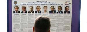 Ein russischer Wähler vor Bildern der Kandidaten