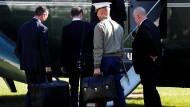 Ein Marine besteigt mit dem ?Football? den Präsidentenhubschrauber.