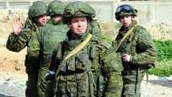 """Russische Soldaten am Stadtrand von Damaskus. """"Wer umkommt, ist Tourist"""", sagt Wladimir Kaminer."""