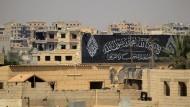 Der Hass wird bleiben: Ein Propaganda-Schriftzug des IS im syrischen Raqqa.