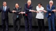 Über Kreuz und doch einig: Medwedjew, Nguyen, Trump, Duterte und Turnbull beim Asean-Gipfel am Montag.