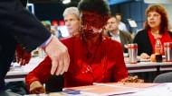 Mai 2016: Auf einem Parteitag der Linkspartei in Magdeburg schleudert ein junger Mann Fraktionschefin Sahra Wagenknecht eine braune Cremetorte ins Gesicht.
