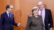 Merkel mit Jens Weidmann und Peter Altmaier vor der Kabinettssitzung.