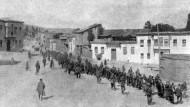 Großer Deportationszug von Armeniern auf einem Platz, bewacht von Soldaten.
