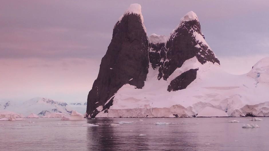 Am südlichsten Punkt der Reise: Gegen Mitternacht mischt sich die Abendröte mit der Morgenröte und produziert Farbexplosionen.