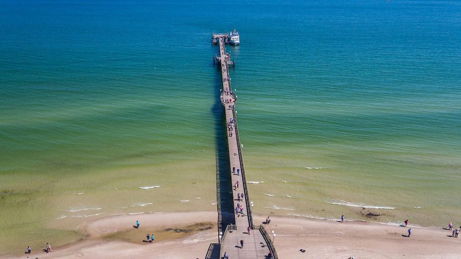 Goldbraun schimmert der Sand üblicherweise an Nord- und Ostsee, wie hier an der Seebrücke Binz.