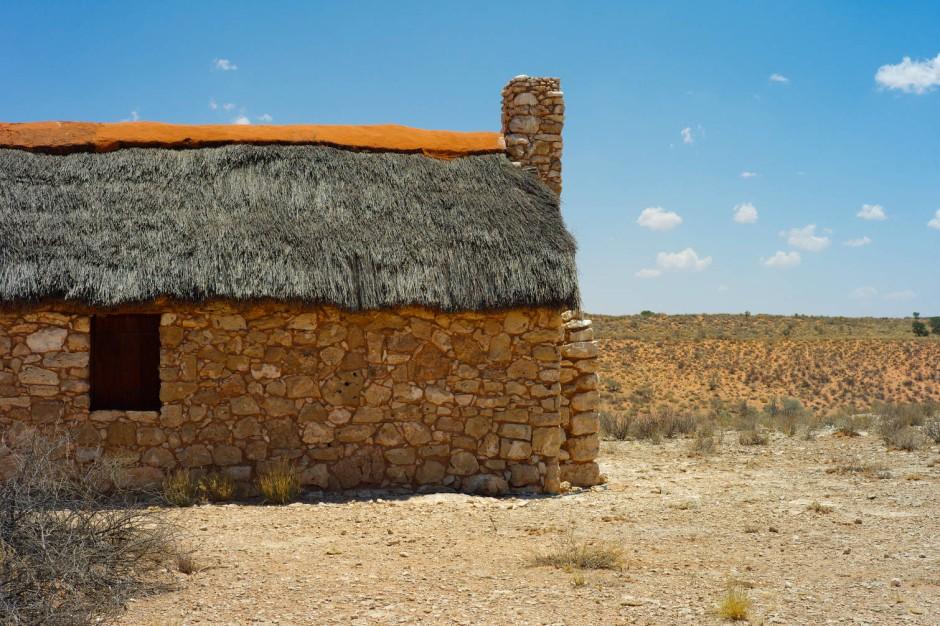 Ein altes Wohnhaus im Kgalagadi Park. Heute ist es ein Museum und zeigt die kargen, harten Lebensbedingungen von frühen Siedlern in der Wüste.