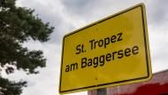 Frei nach den Rodgau Monotones: Schild am Eingang zum Strandbad in Rodgau, aufgenommen im Juni 2016