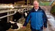 Kontaktfreudig: Der neue Bauernpräsident Karsten Schmal lädt Besucher auf seinen Hof in Waldeck ein, auf dem 160 Kühe im Stall stehen.