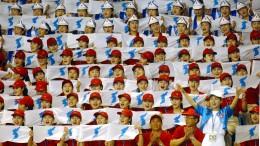 230 nordkoreanische Jubler und 15 Athleten