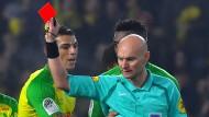Ein Mann sieht Rot: Schiedsrichter Tony Chapron stellt Diego Carlos für ein Vergehen vom Platz, das er selbst begangen hat