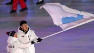 Bei Olympia vereint: Chung Gum Wang und Yunjong Won trugen die Fahne gemeinsam.