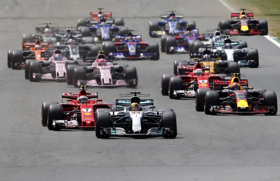 Schon beim Start bekam Vettel Probleme mit der Konkurrenz.