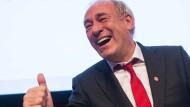 Daumen hoch: Peter Fischer ist künftig Ehrenmitglied der Eintracht-Fans im Bundestag