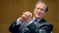 Der frühere Bundesaußenminister Klaus Kinkel führt das Ethik-Gremium im DFB seit einem Jahr.