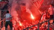 Fans des 1. FC Köln (Symbolbild) lieferten sich eine heftige Auseinandersetzung mit Anhängern von Bayer Leverkusen.