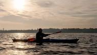 Früh morgens herrscht am Wannsee noch Stille. Dann ist die Bootstour am schönsten.