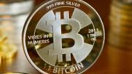 Der Bitcoin-Preis ist im vergangenen Jahr zwischen 1000 und 17.000 Dollar geschwankt.