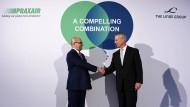 Aldo Belloni, CEO des Gaskonzerns Linde und Steve Angel, CEO der amerikanischen Firma Praxair schütteln sich letztes Jahr in München die Hände, jetzt steht die Fusion möglicherweise vor dem Aus.
