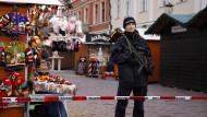 Absperrung auf dem Potsdamer Weihnachtsmarkt, nachdem ein verdächtiges Paket gefunden wurde.