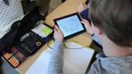 Im Umgang mit dem Tablet oft fitter als die Lehrer: die heutige Schülergeneration.