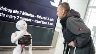 """""""Ich bin Deine Verbindung zur großen Welt"""", Josie Pepper beantwortet am Flughafen München die Fragen der Passagiere und greift dabei auf die Cloud zurück."""