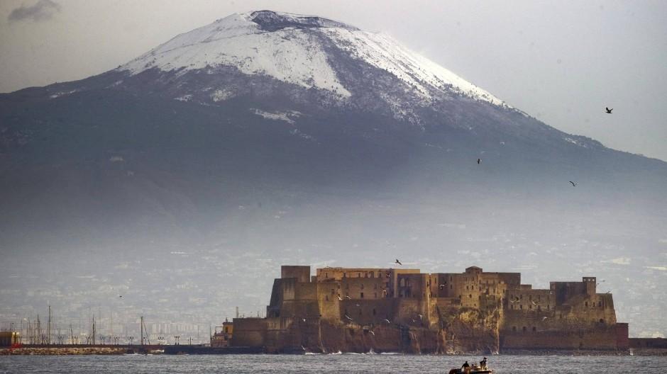 Der Vesuv in Italien, davor Castel dell'Ovo.