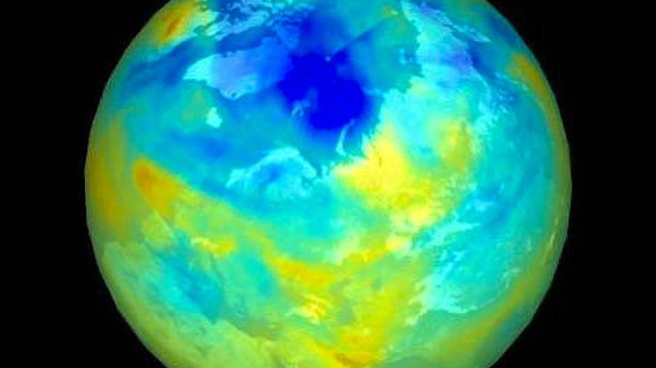 """Das """"arktische Ozonloch"""" um die Jahrhundertwende. Je dunkler das Blau, desto dünner die Ozonschicht in der Stratosphäre."""