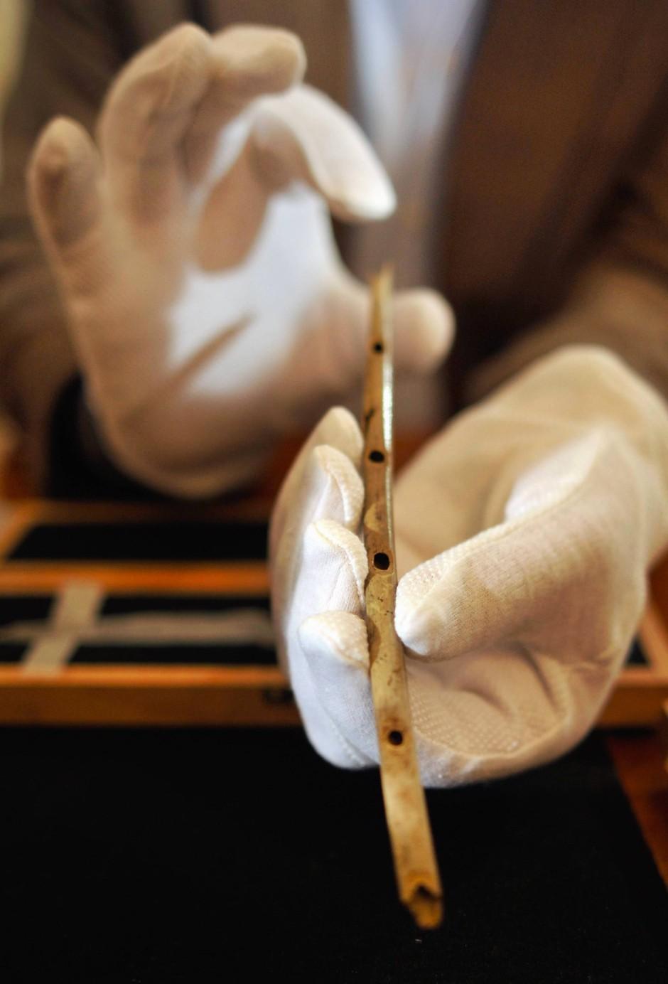 Die Flöte war aus dem Speicheknochen eines Gänsegeiers hergestellt worden.
