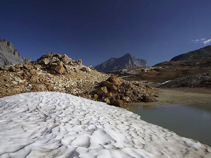 Auf knapp 2700 Metern Höhe hat das Eis die Holzbox aus der Bronzezeit freigegeben. Ein sehr ähnliches Gefäß wurde am 25 Kilometer entfernten Schnidejoch entdeckt.