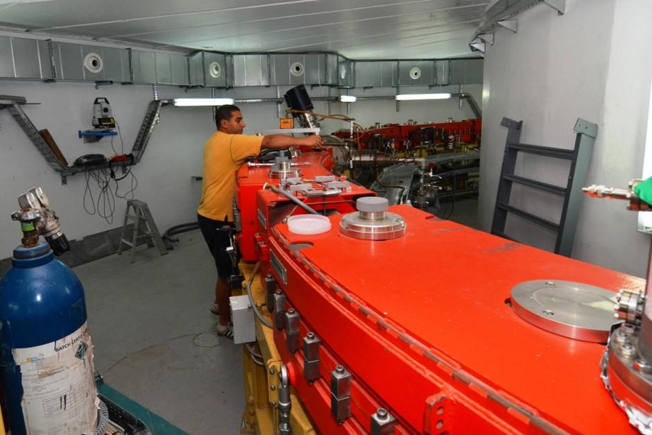 Installationsarbeiten im Beschleunigertunnel. Das Mikrotom stammt aus Deutschlands: BESSY I war bis Ende der neunziger Jahre in Berlin in Betrieb.