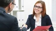 Gute Chancen für das Bewerbungsgespräch: Wer es mit einer Initiativbewerbung versucht, positioniert sich als Leistungserbringer.